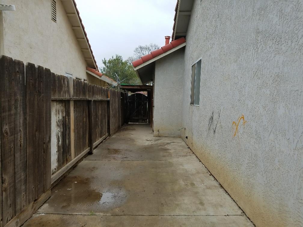 405 Park Warren DR, Los Banos, CA 93635 $255,000 Www.octavioperez.com  MLS#81697102