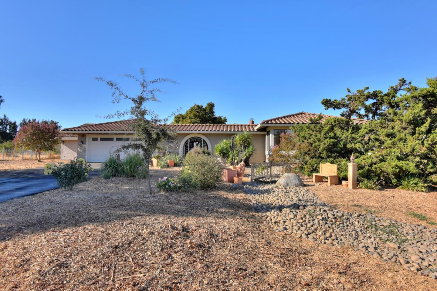 Detail Gallery Image 1 of 1 For 10890 Ashcroft Ct, Gilroy, CA 95020 - 4 Beds | 2/1 Baths