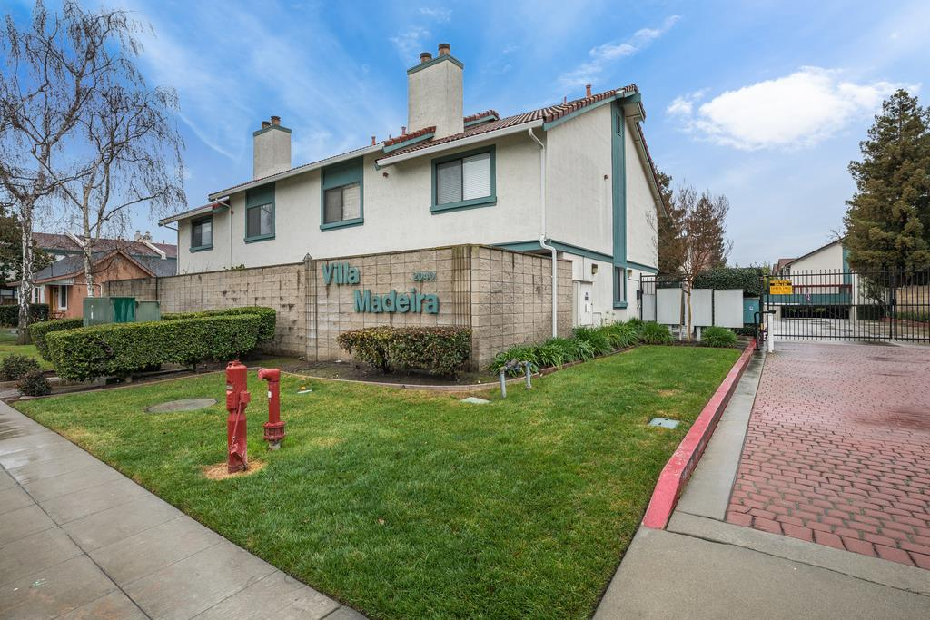 Detail Gallery Image 1 of 1 For 2040 Main St #112, Santa Clara, CA, 95050 - 2 Beds | 2/1 Baths