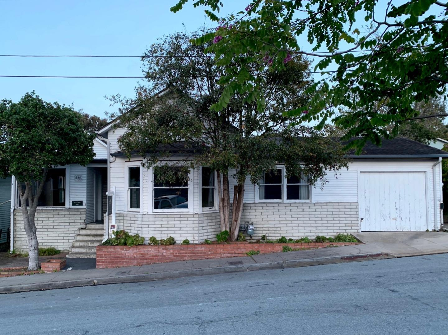 Detail Gallery Image 1 of 14 For 207 15th St, Pacific Grove, CA, 93950 - 3 Beds | 2/1 Baths