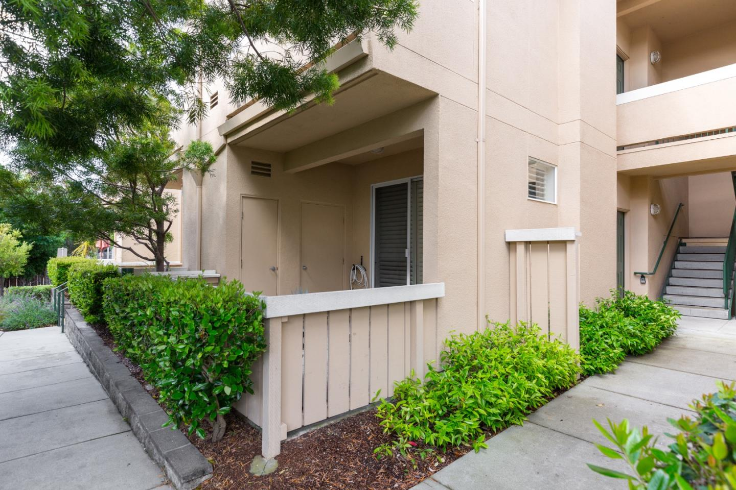 Gourgeous 2/2 townhouse in the wonderful gated community of Mariner's Cove near Depot Park. Convenient commute location in the heart of Downtown Santa Cruz allows for easy access to the beach, restaurants, the Boardwalk, and bus lines. Enjoy the good life with your own gourmet kitchen (with Wolf stove!), gas fireplace, and patio overlooking the poolside. #DREAMBIG