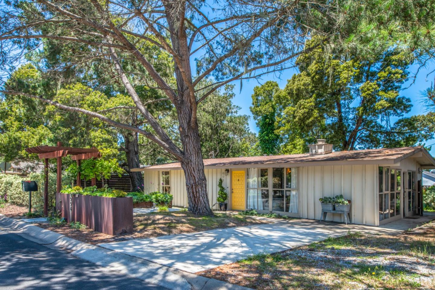Detail Gallery Image 1 of 1 For 998 Benito Ct, Pacific Grove, CA 93950 - 3 Beds | 1 Baths