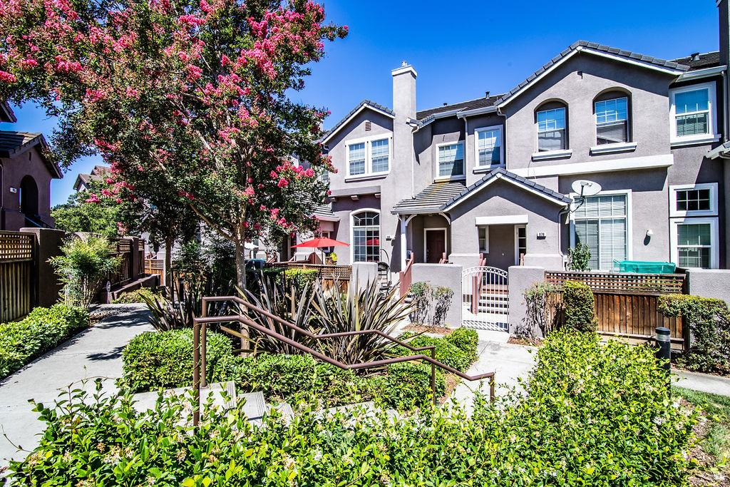 Detail Gallery Image 1 of 1 For 984 Goodacre Ln, San Jose, CA 95125 - 2 Beds | 2/1 Baths