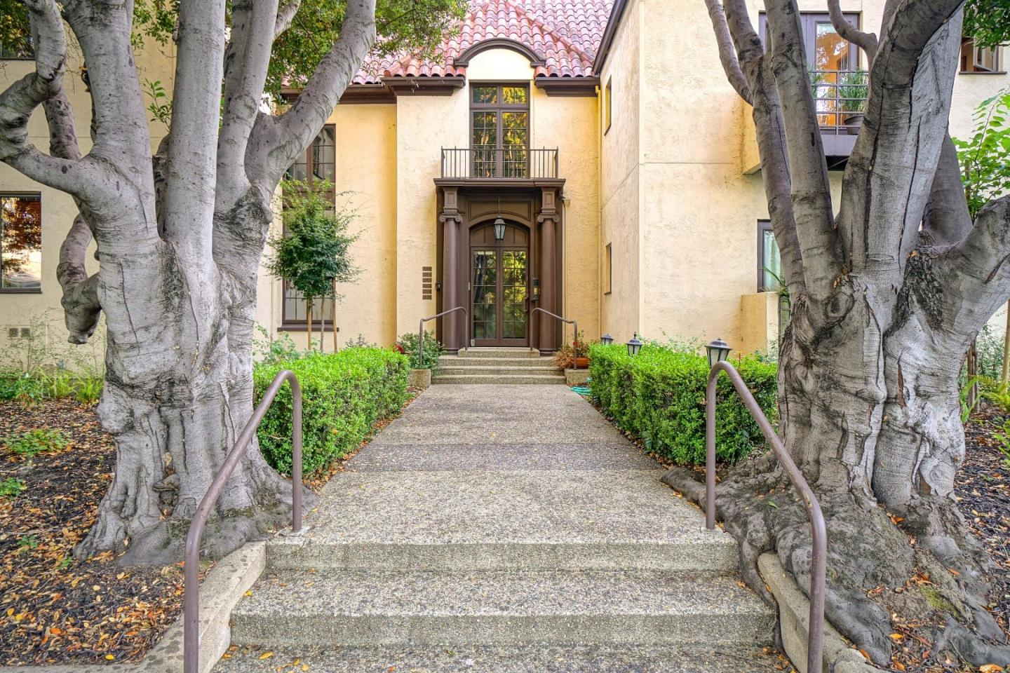 Detail Gallery Image 1 of 27 For 610 Middlefield Rd I, Palo Alto, CA 94301 - 2 Beds | 2 Baths