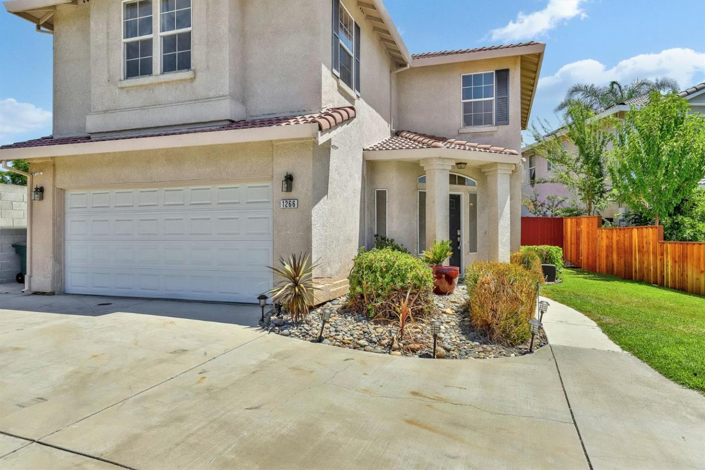 Detail Gallery Image 1 of 27 For 1266 Tony Stuitt Ct, Tracy, CA 95377 - 3 Beds | 2/1 Baths