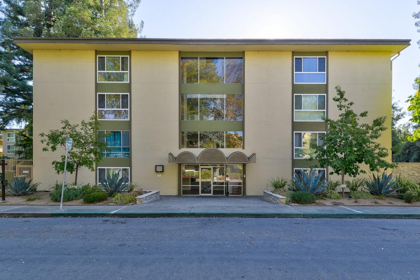 Detail Gallery Image 1 of 17 For 1033 Crestview Dr #104, Mountain View, CA 94040 - 2 Beds | 2 Baths