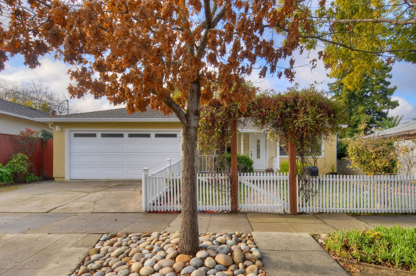 Detail Gallery Image 1 of 1 For 1214 Junipero Ave, Redwood City, CA 94061 - 4 Beds | 2 Baths