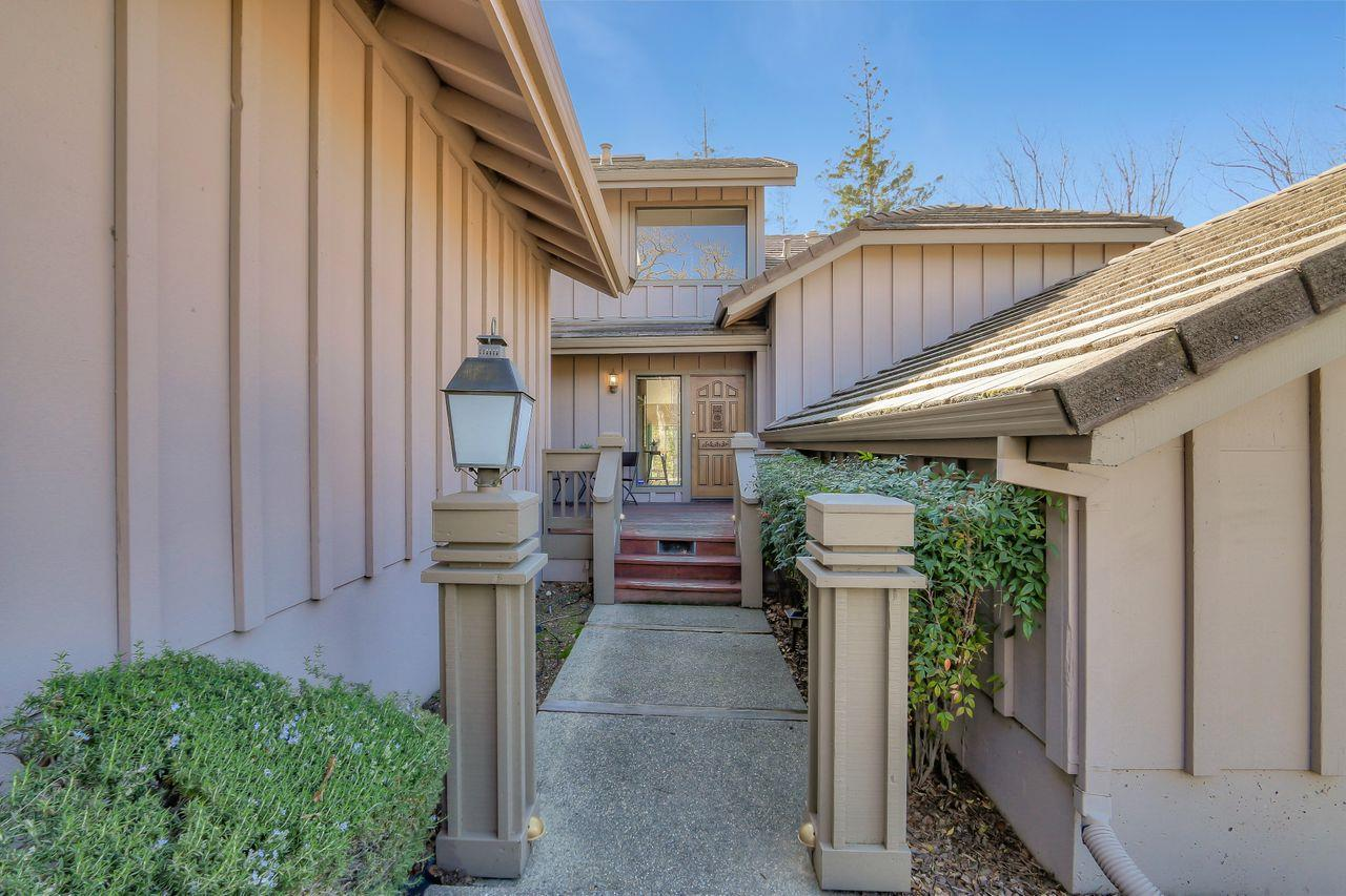 The tranquil Villas of Almaden. Spacious 2 ensuite bedrooms, family room off kitchen, upstairs loft area. Views of the green belt and Mount Umunum. Formal dining area by living room and eat in kitchen! New floors, engineered hardwood on the first floor and luxurious carpeting upstairs. Great quiet location within complex.