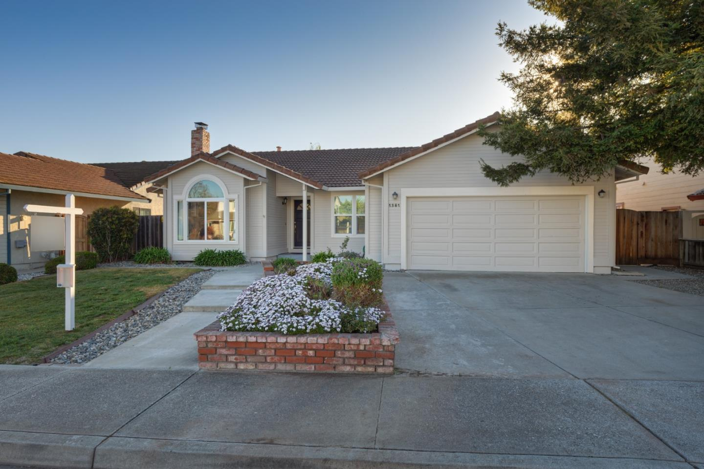 Detail Gallery Image 1 of 1 For 1381 Versailles Dr, Hollister, CA 95023 - 3 Beds | 2 Baths
