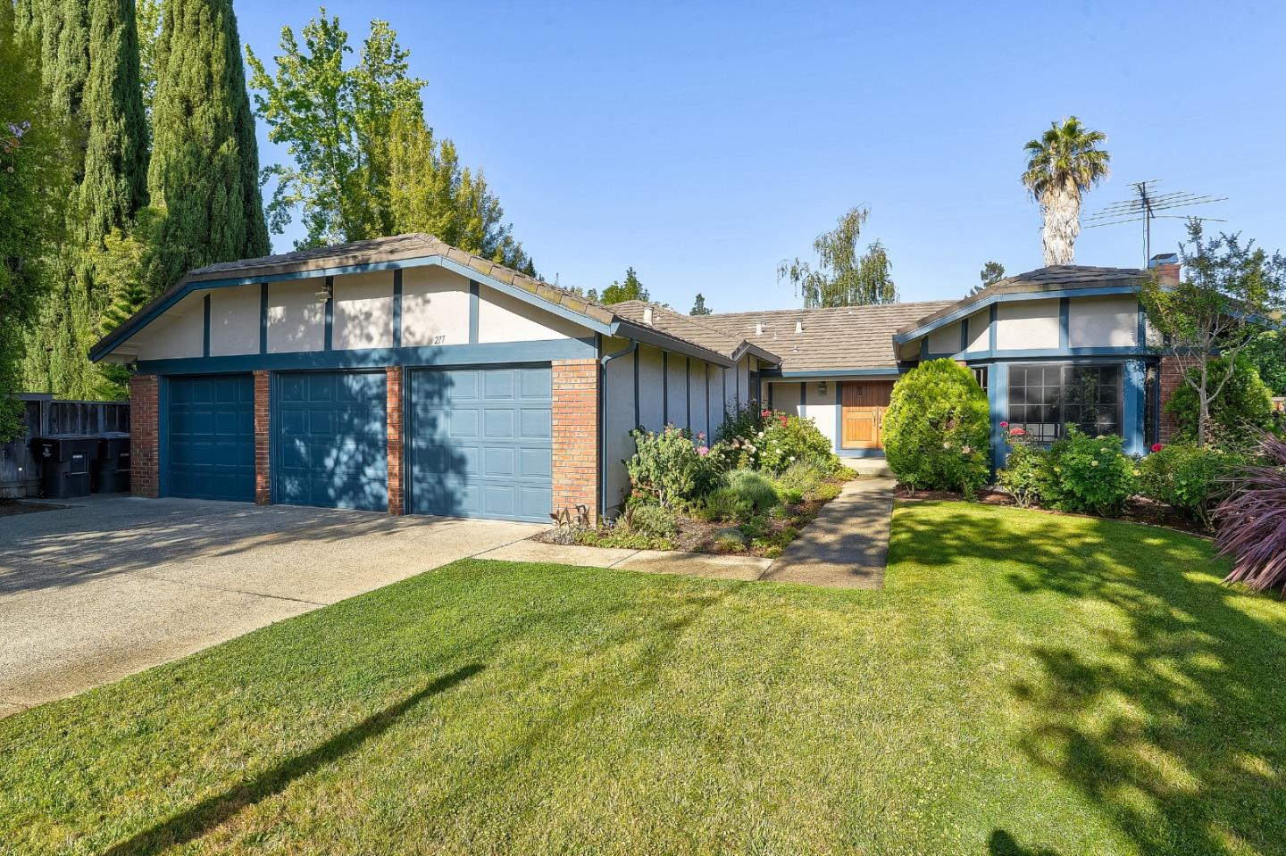 Detail Gallery Image 1 of 1 For 277 Apricot Ln, Mountain View,  CA 94040 - 4 Beds | 2/1 Baths