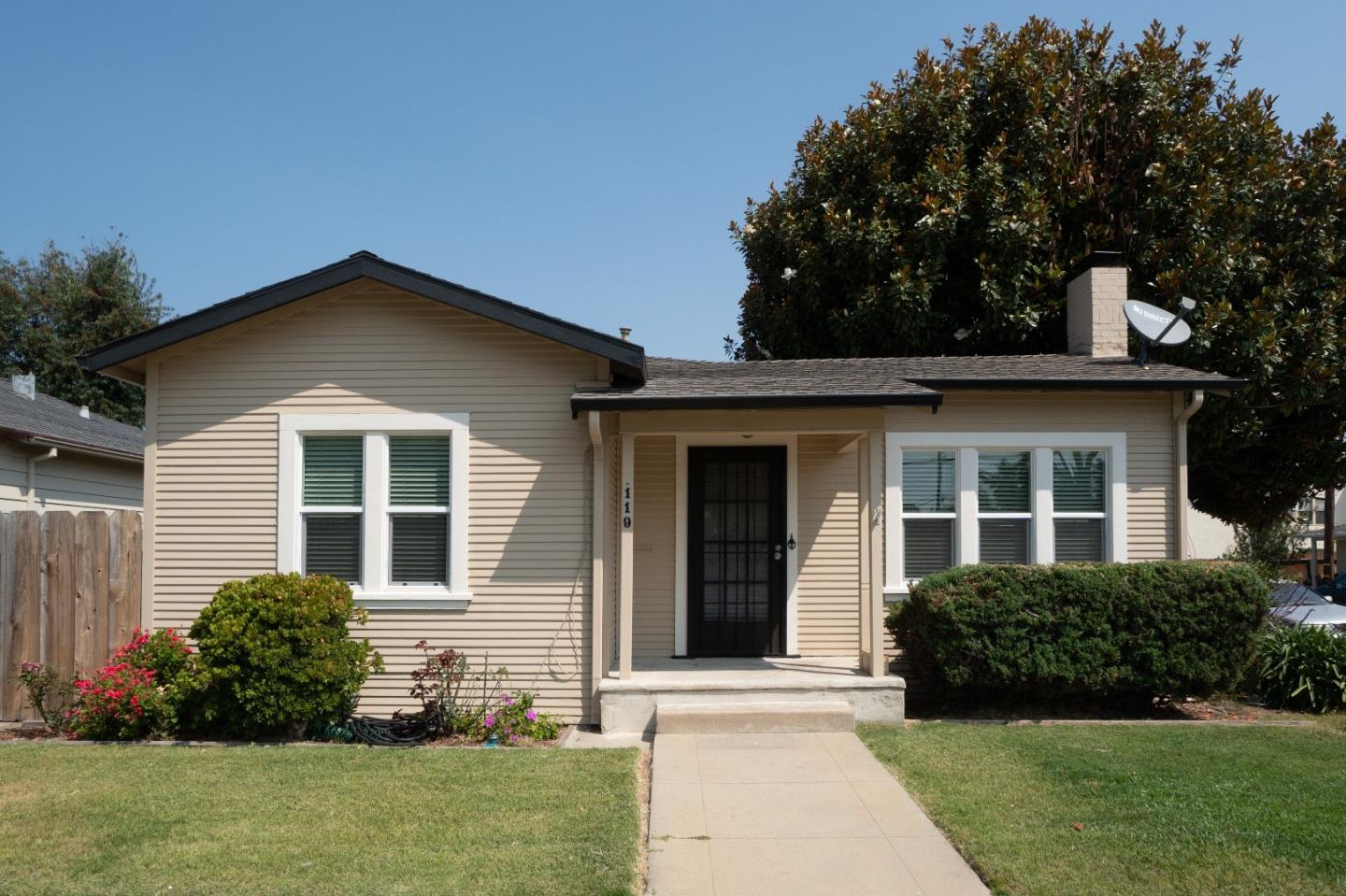Detail Gallery Image 1 of 27 For 119 E San Luis St, Salinas, CA 93901 - 2 Beds   1 Baths