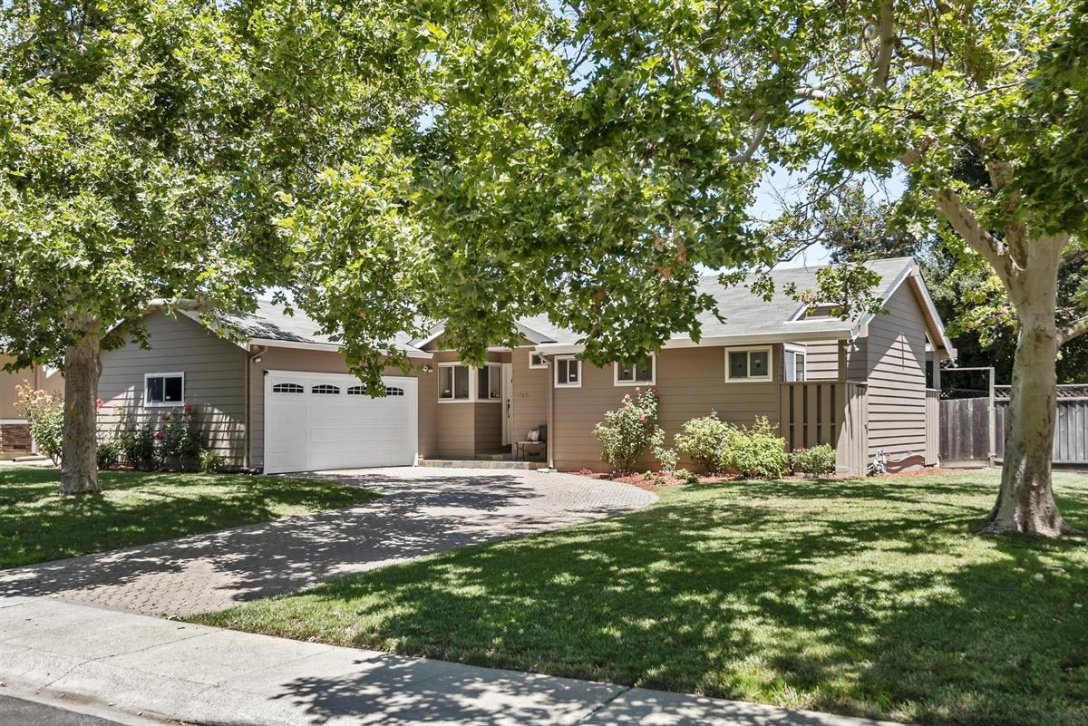 Detail Gallery Image 1 of 24 For 19851 Lindenbrook Ln, Cupertino, CA 95014 - 3 Beds | 2 Baths