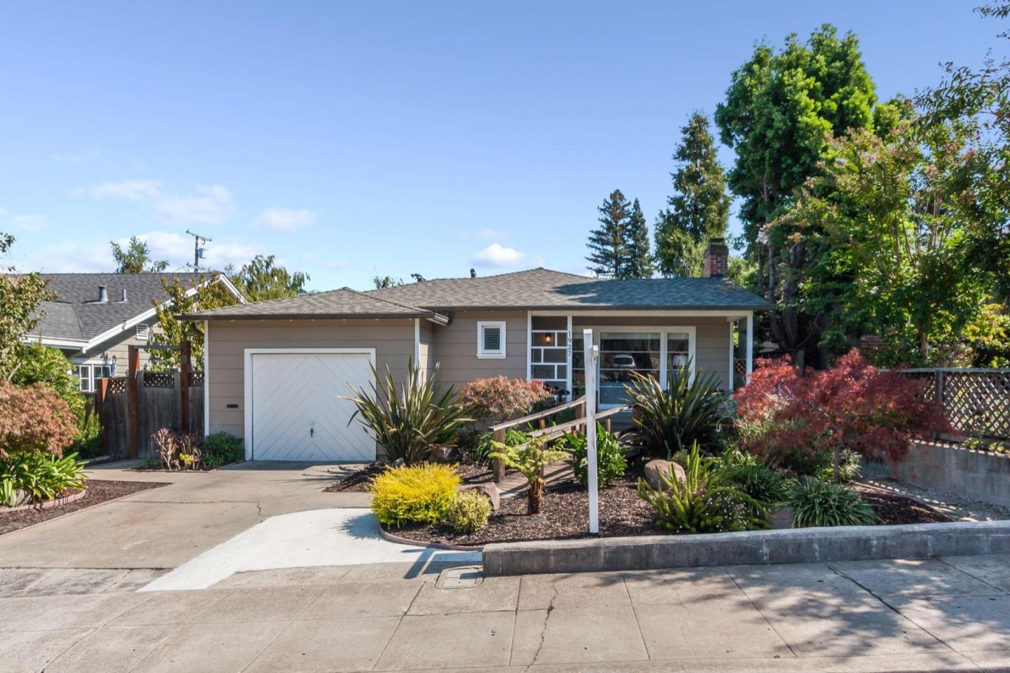 Detail Gallery Image 1 of 1 For 1927 Arroyo Ave, San Carlos,  CA 94070 - 3 Beds | 1 Baths