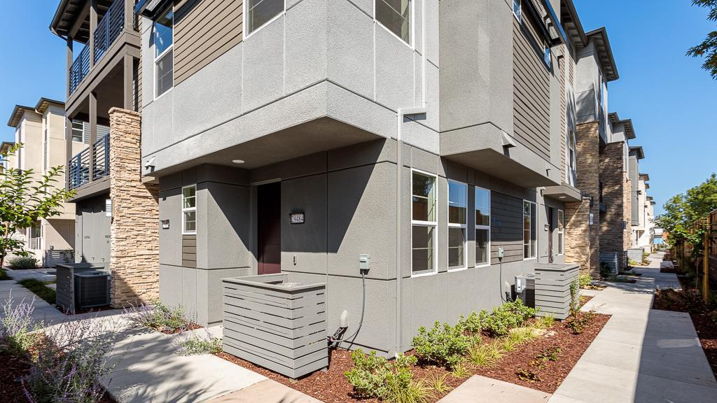 Detail Gallery Image 1 of 1 For 135 Vivid Ln, Hayward,  CA 94544 - 2 Beds   2/1 Baths