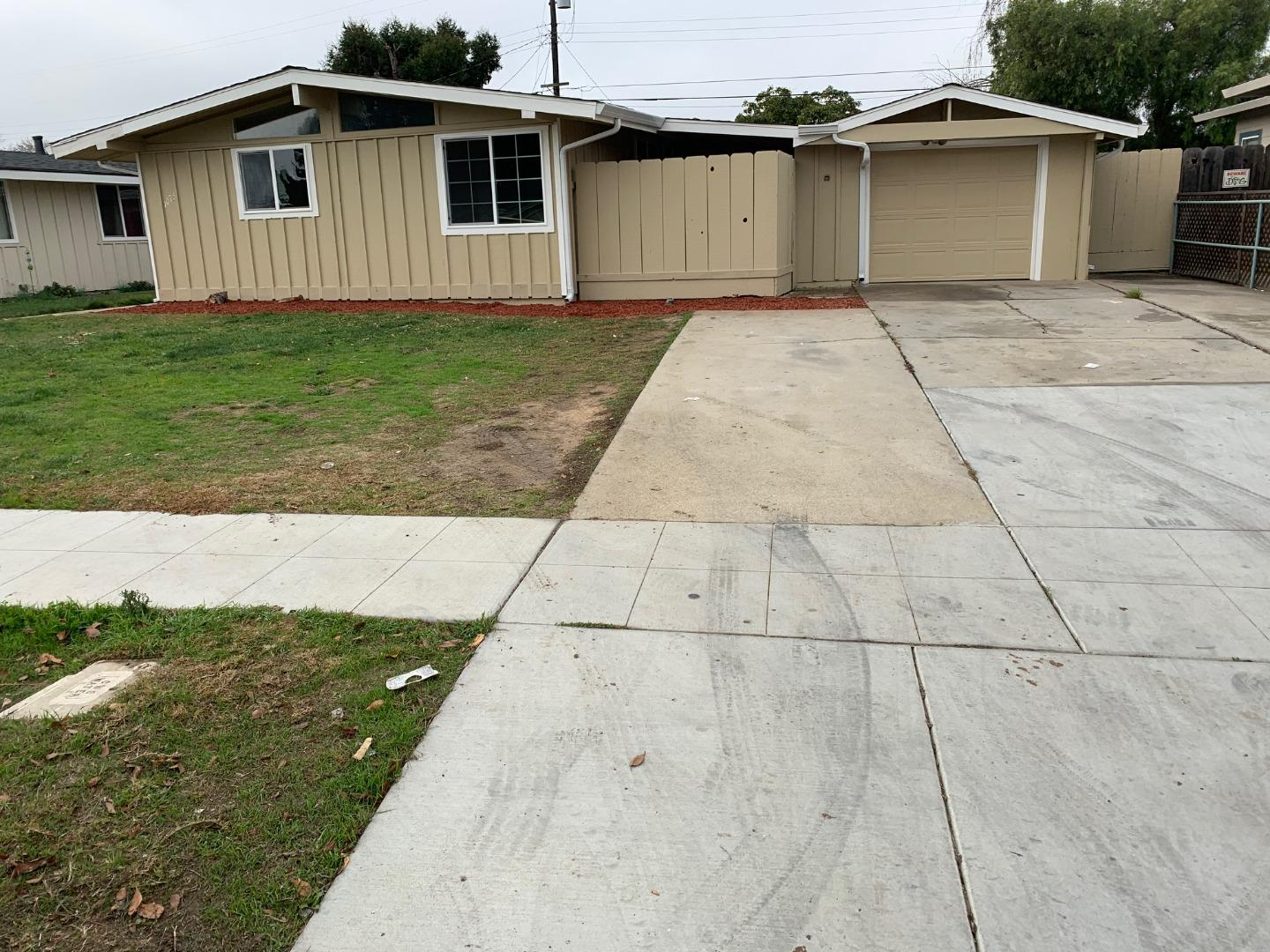 Detail Gallery Image 1 of 15 For 1075 Tyler St, Salinas,  CA 93906 - 3 Beds | 2 Baths