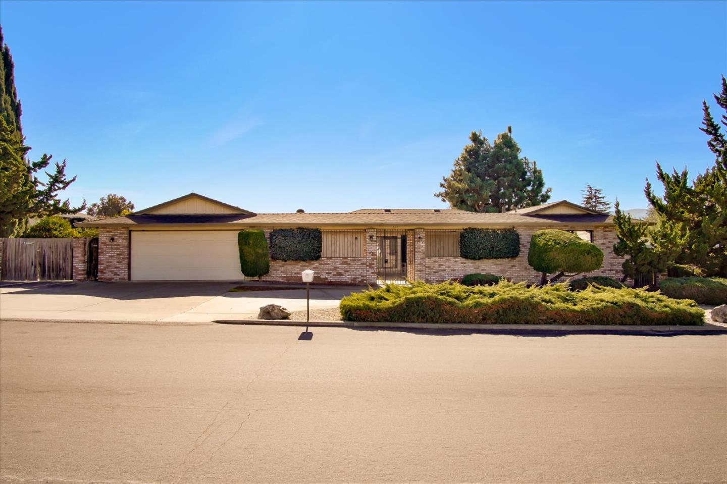 Detail Gallery Image 1 of 1 For 725 Ridgemark Dr, Hollister,  CA 95023 - 3 Beds | 2 Baths