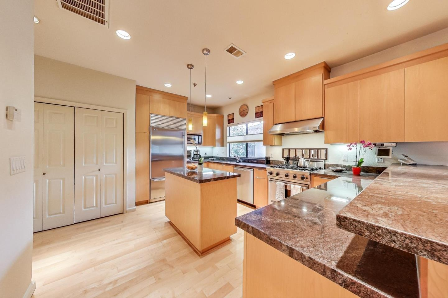 Detail Gallery Image 1 of 19 For 546 Everett Ave, Palo Alto,  CA 94301 - 2 Beds   2 Baths