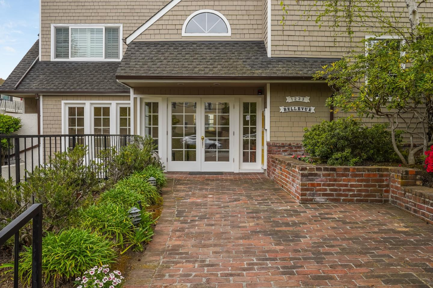 Detail Gallery Image 1 of 46 For 1233 Bellevue Ave #2,  Burlingame,  CA 94010 - 2 Beds | 2/1 Baths