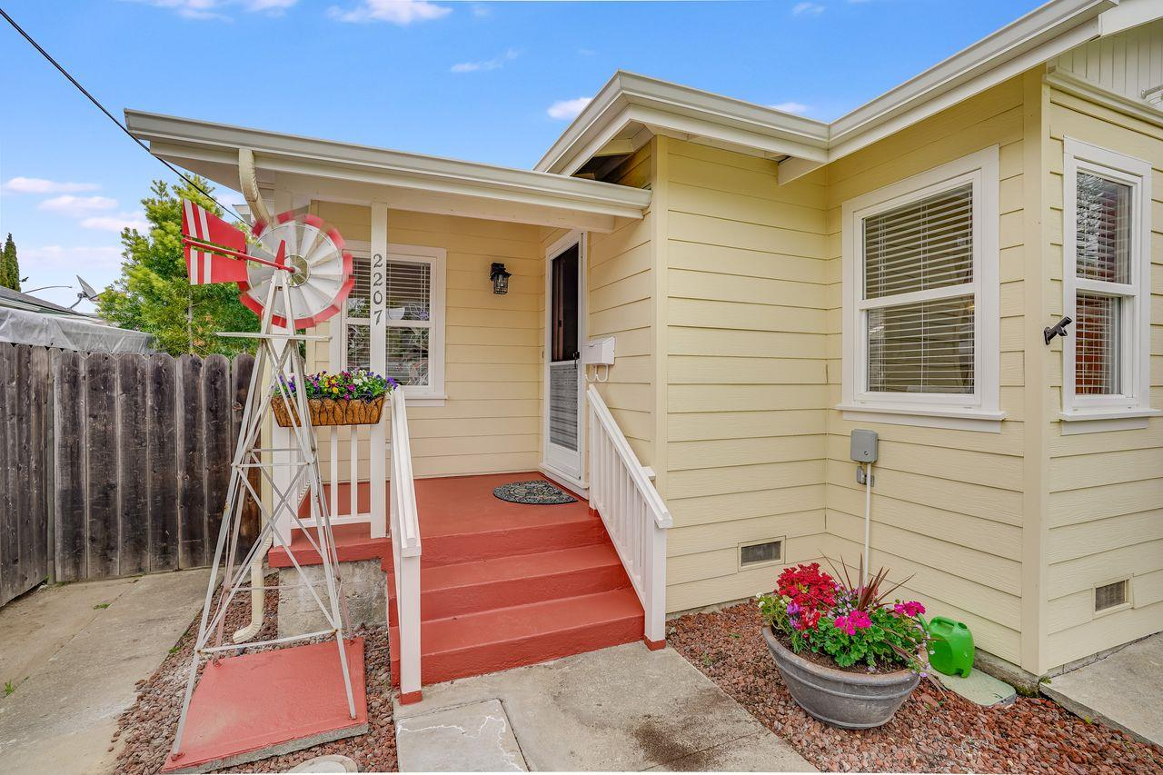 Detail Gallery Image 1 of 34 For 2207 Flores St, San Mateo,  CA 94403 - 2 Beds | 1 Baths
