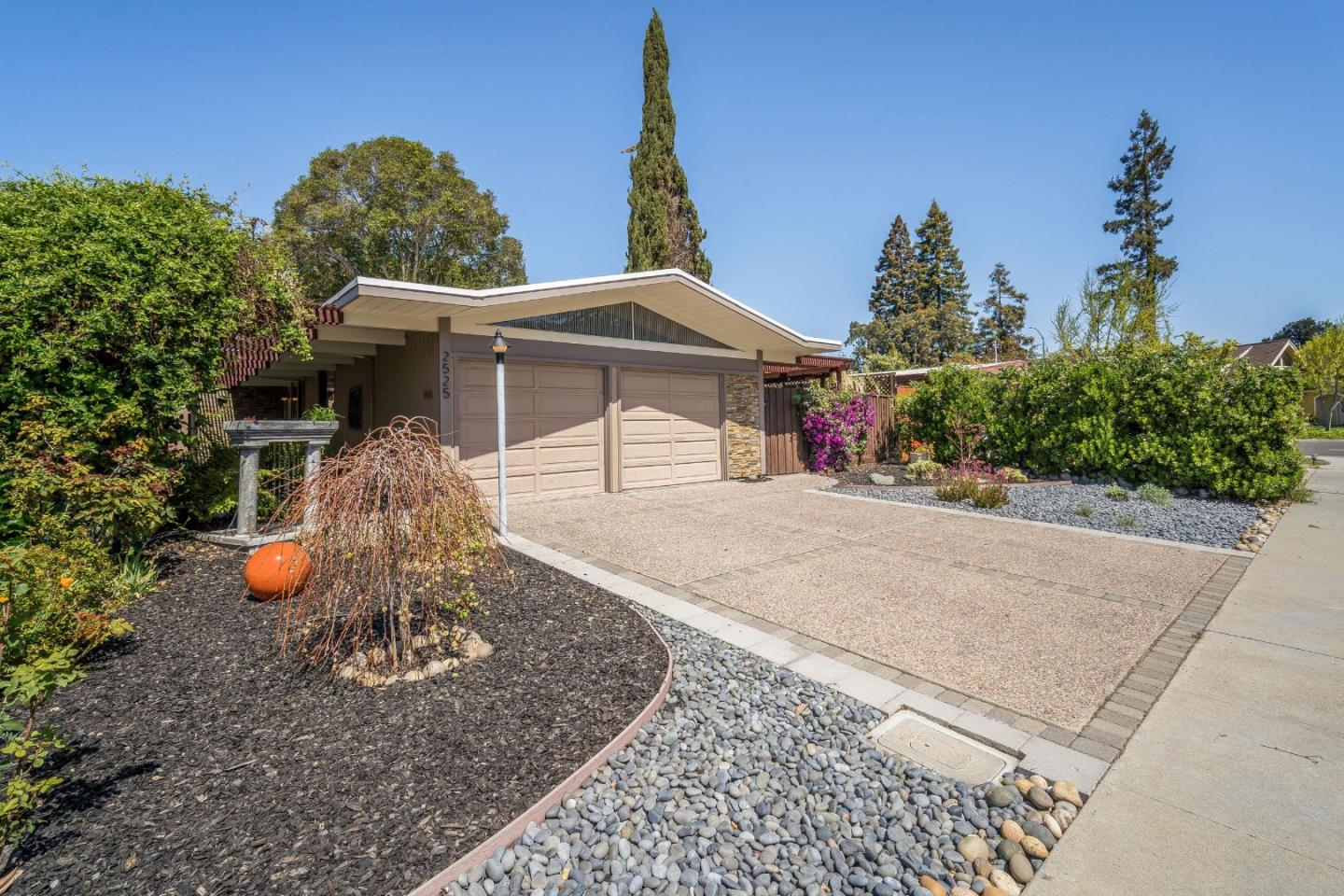 Detail Gallery Image 1 of 1 For 2525 Nedson Ct, Mountain View,  CA 94043 - 3 Beds | 2 Baths