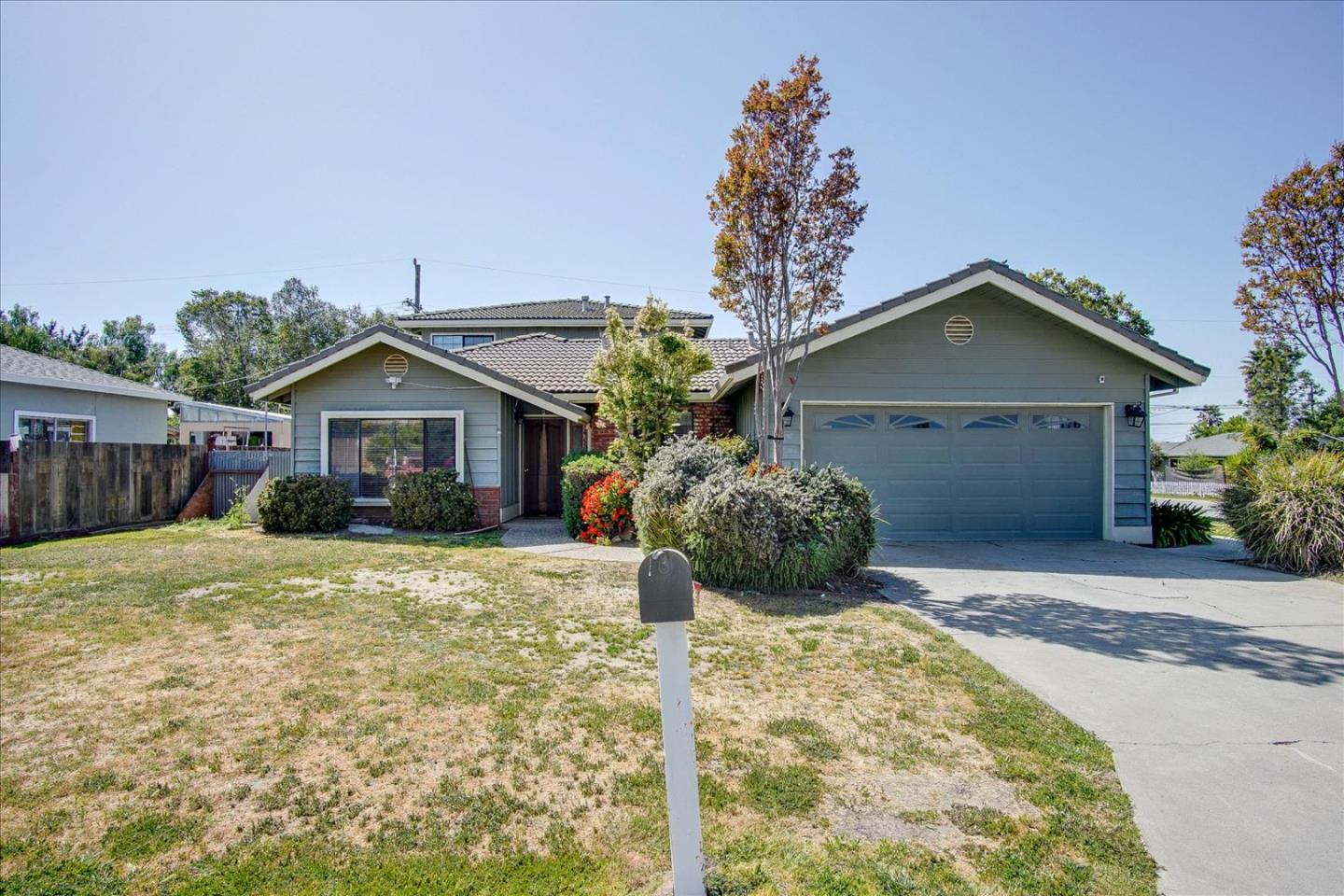 Detail Gallery Image 1 of 1 For 1950 Scenic Cir, Hollister,  CA 95023 - 4 Beds   3 Baths