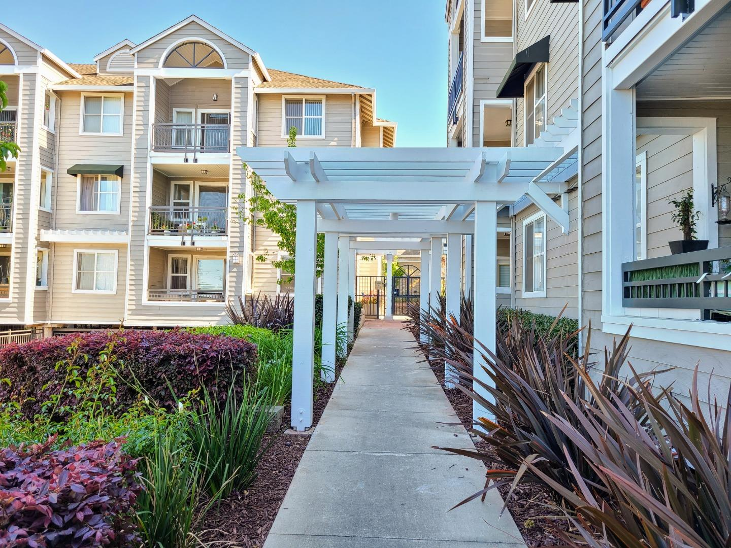 Detail Gallery Image 1 of 21 For 1982 W Bayshore Rd #216,  East Palo Alto,  CA 94303 - 2 Beds | 2 Baths