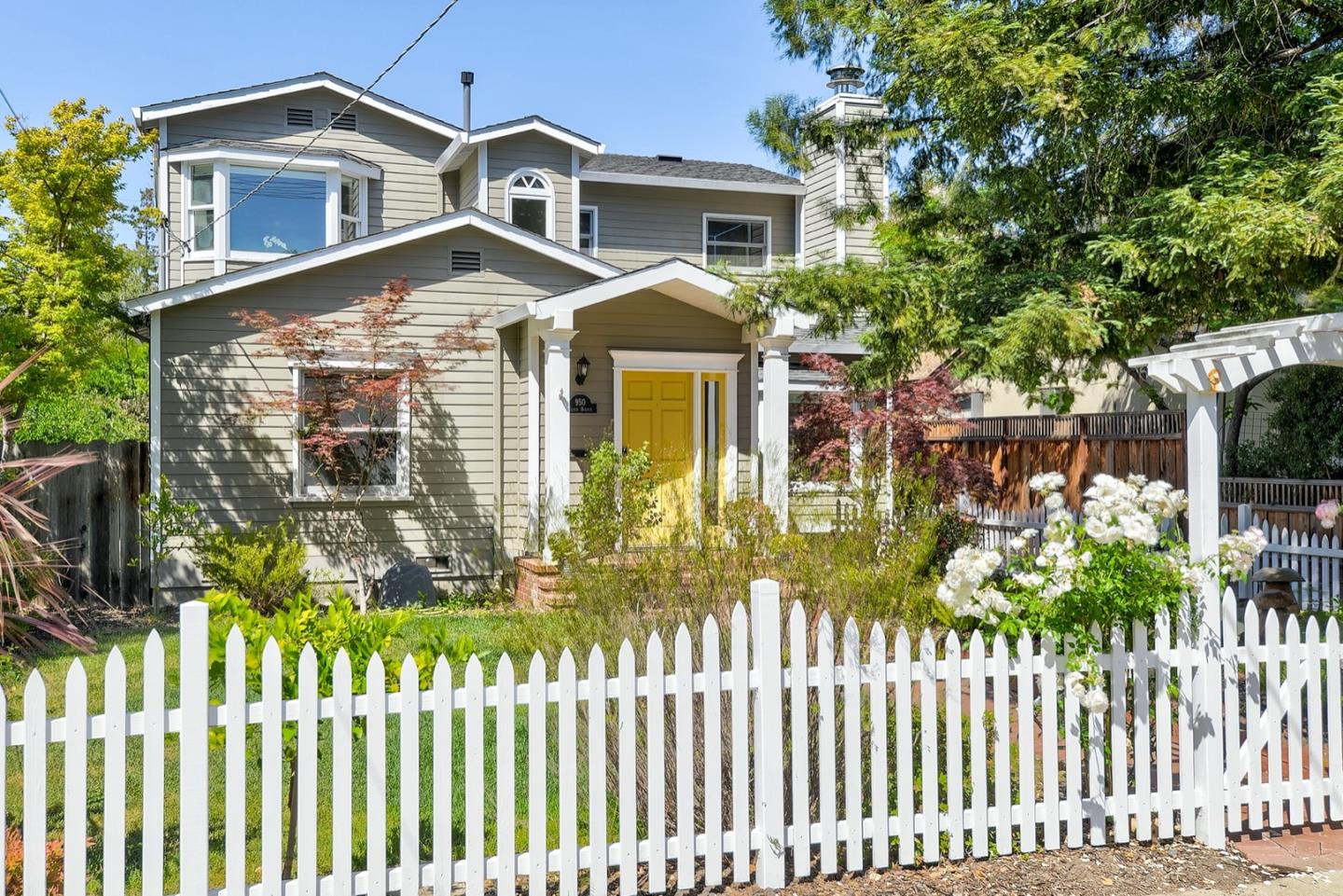 Detail Gallery Image 1 of 24 For 950 Cloud Ave, Menlo Park,  CA 94025 - 4 Beds   2 Baths