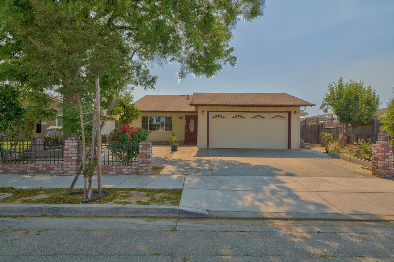 Detail Gallery Image 1 of 1 For 222 Willow Dr, Hollister,  CA 95023 - 5 Beds | 2 Baths