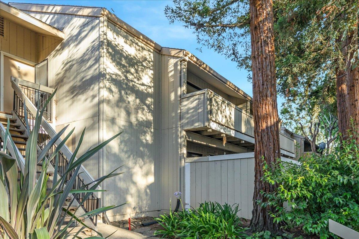 Wonderful upstairs unit with great floor plan. Located close to Parks and Shopping. Updated Kitchen and Bathrooms. Complex has been recently painted and updated.