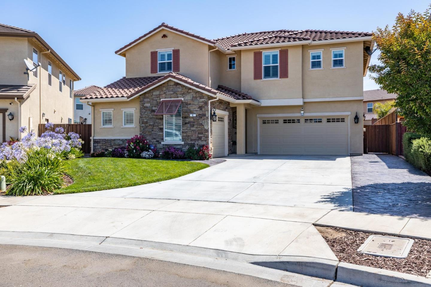 Detail Gallery Image 1 of 35 For 8 Piazza Cir, Salinas,  CA 93905 - 5 Beds   3 Baths