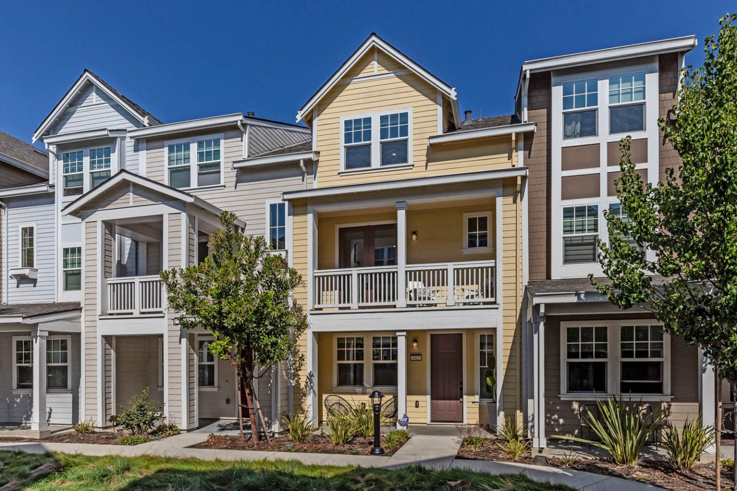 Detail Gallery Image 1 of 22 For 342 Circuit Way, Mountain View,  CA 94043 - 2 Beds | 2/1 Baths