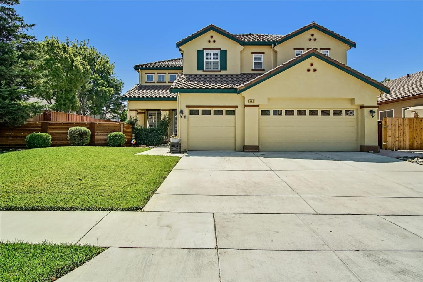 Detail Gallery Image 1 of 1 For 541 Lavender Way, Hollister,  CA 95023 - 5 Beds | 3 Baths